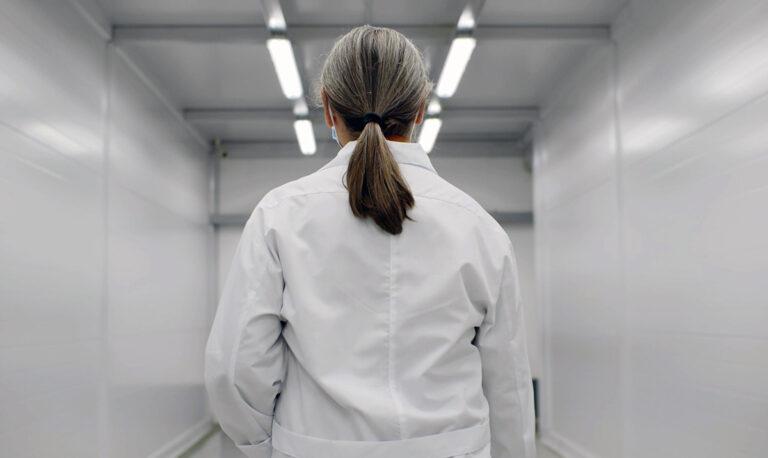 Läkare uppmanar dig att utbilda dig själv om vacciner. Foto och licens: Shutterstock.com